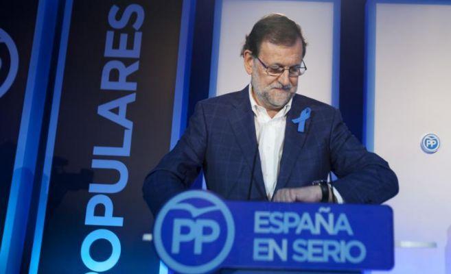 Mariano Rajoy mira el reloj durante su intervención de hoy en...