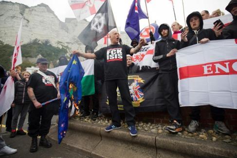 Un ultraderechista quema una bandera europea mientras da un discurso...