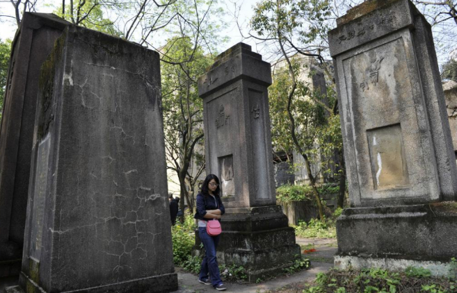 Una estudiante camina entre las tumbas del cementerio de la Guardia...