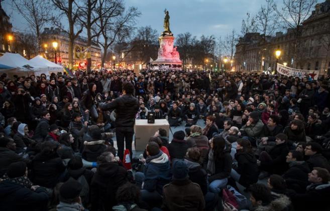 Manifestantes parisinos protagonizan una sentada al estilo del 15-M en...