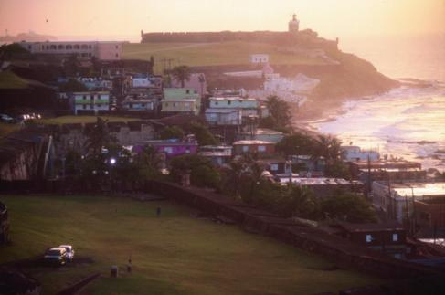 El barrio de La Perla y el Fuerte de San Felipe del Morro, en San...