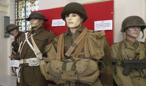 Exposición de uniformes militares en Granada.