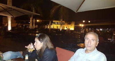 Julio Mateos y su pareja, en un bar de Santo Domingo el 14 de...