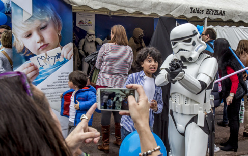 Niños se fotografían con los personajes de Star Wars en Bilbao.