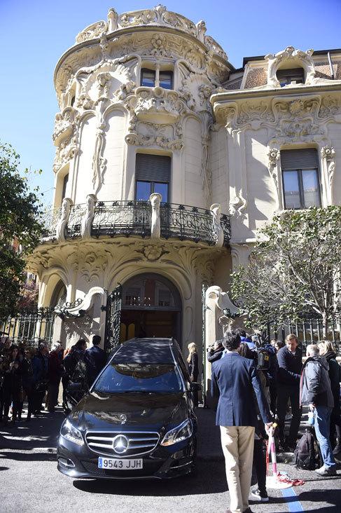 El féretro con los restos de Manolo Tena, a su llegada a la sede de...