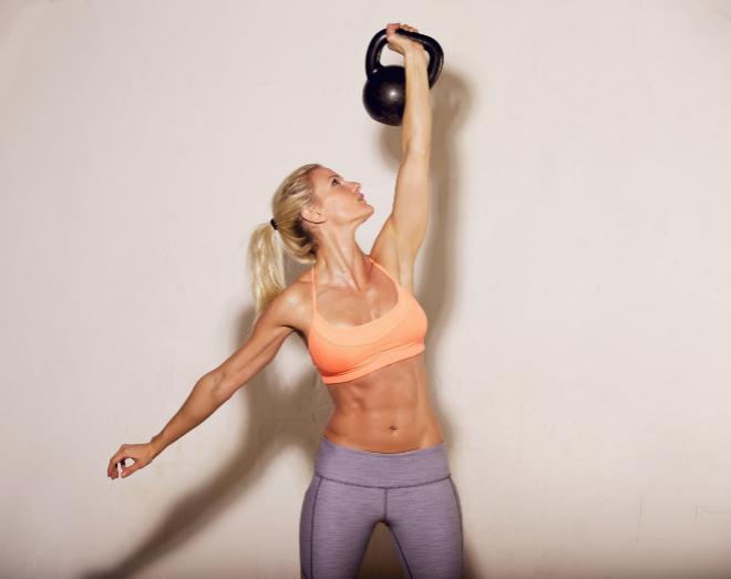 Chica haciendo un ejercicio con kettlebells