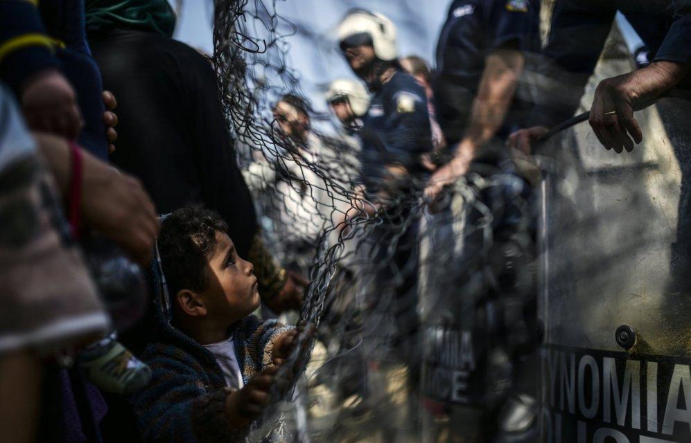 Un niño se acerca a los agentes de policía durante los...
