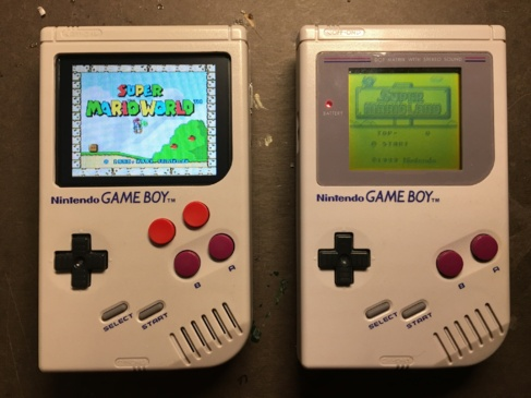 A la derecha, la Game Boy original. A la izquierda, la modificada.