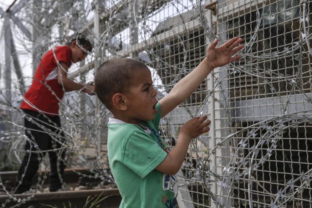 Un niño grita a través de la concertina en la frontera entre Grecia...