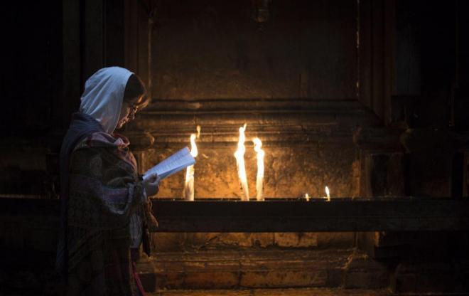 Una mujer reza en la iglesia del Santo Sepulcro.