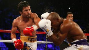 Manny Pacquiao golpea Bradley durante su combate.