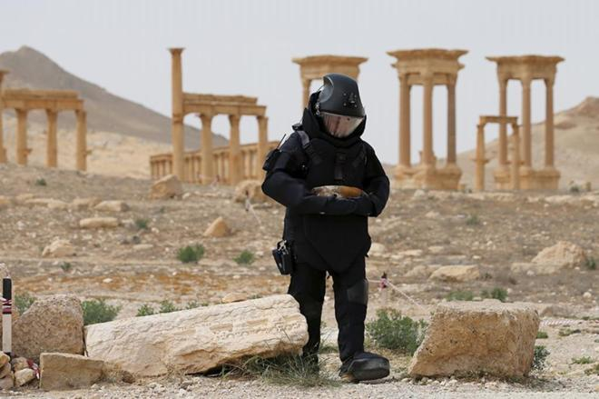 Un artificiero ruso trabaja en busca de explosivos en Palmira.
