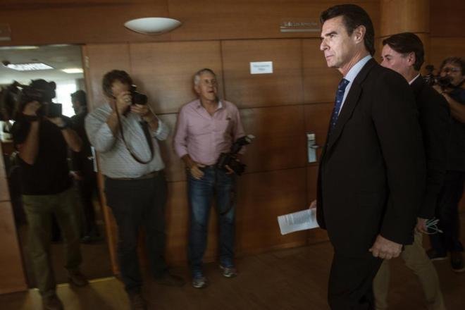 José Manuel Soria, ayer, a su llegada a la ruedad de prensa en...