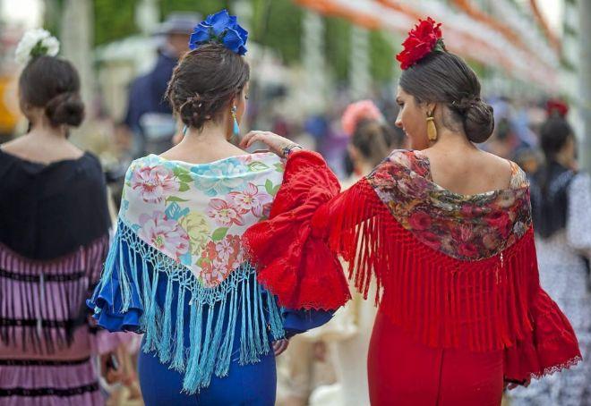 Dos jóvenes vestidas de flamenca pasean por el Real de la Feria. DIEGO L. 7937dd7ddc2