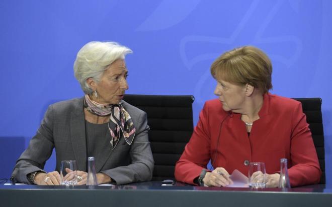 La canciller alemana, Angela Merkel, conversa con la directora general...