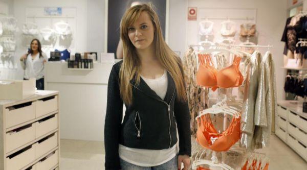 Joana Plaza, vendedora en una tienda de lencería de La Vaguada.