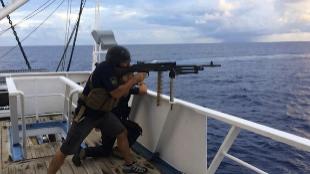 Vigilantes de seguridad marítima, a bordo de un atunero arma en mano.