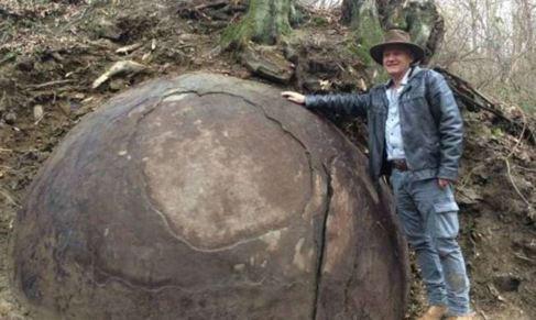 El controvertido arqueólogo Semir Osmanagic  posa junto con la...