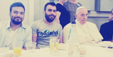 Hamza Rashid, compartiendo misa con el Papa Francisco.