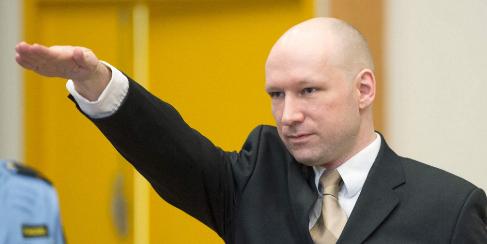 Breivik realiza el saludo nazi a su llegada a juicio el 15 de marzo
