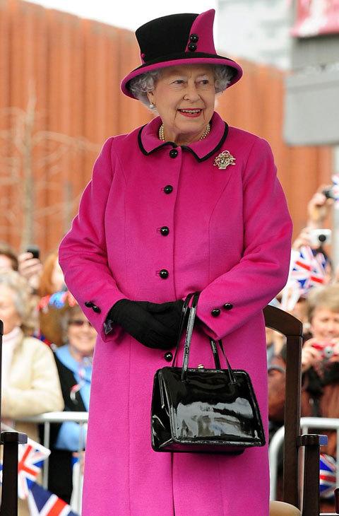 Para su visita a Leicester en 2012, la reina de Inglaterra eligió un...