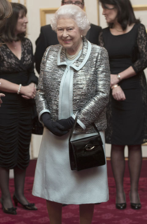 El gris plata y el negro forman parte de esta combinación. El bolso...