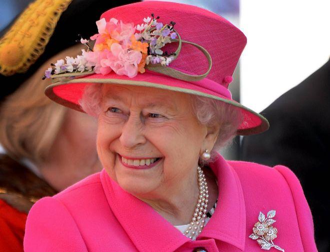 Lo que dice la reina Isabel II a través de su colorido armario  e39388173f6