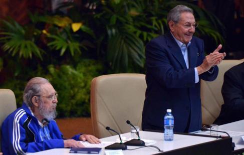 Fotografía cedida por ACN de Fidel Castro aplaudido por los...