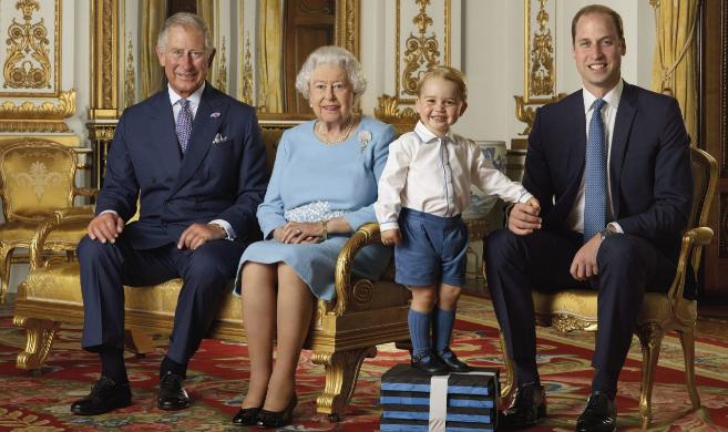 Cuatro generaciones de la Corona británica posan para la foto del...