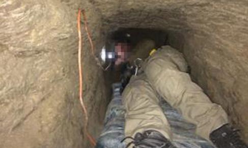 Interior del túnel más largo localizado en la frontera de...