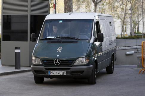 Un furgón de la Guardia Civil sale de la Audiencia Nacional, el...