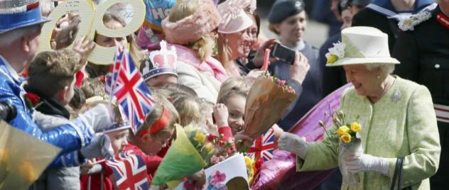 Isabel II saluda a los que se han acercado a felicitarla por su 90...