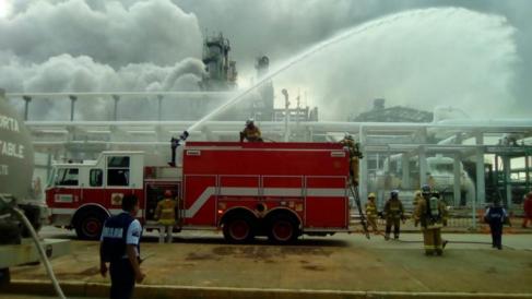 Equipos emergencia que trabajan en la extinción del incendio