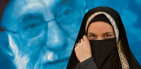 Una mujer iraní frente a una imagen del ayatolá Ali Jamenei.