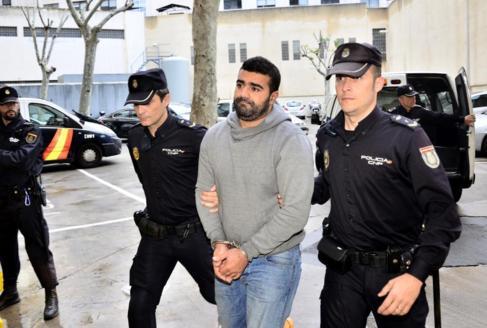 El joven detenido en Son Gotleu llega a los juzgados.