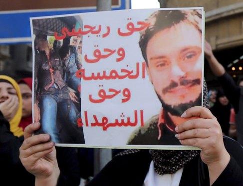 Un manifestante sostiene un cartel con la imagen de Giulio Regeni...