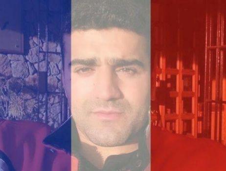 El detenido con el efecto de la bandera francesa sobre la fotografía...