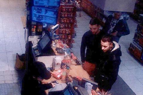 Salah Abdeslam y Mohamed Abrini, en una gasolinera al norte de París.