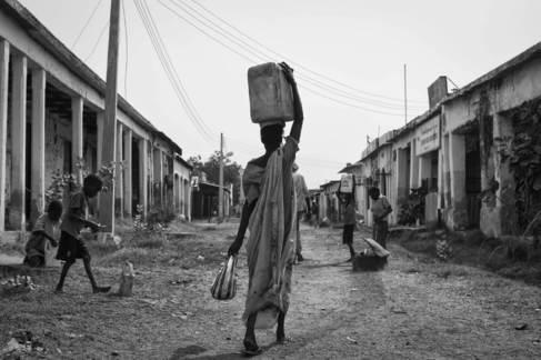Una mujer transporta agua de la planta potabilizadora que Unicef...