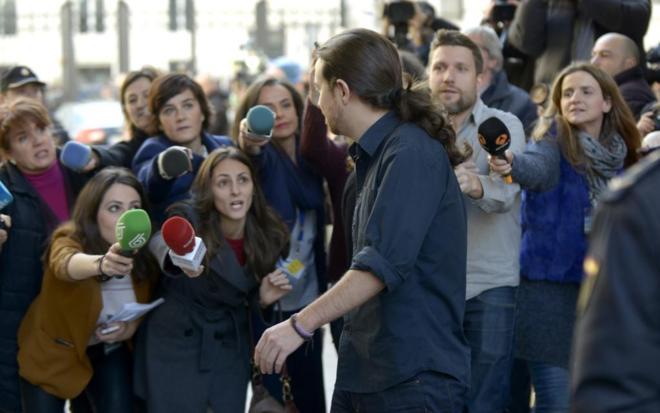 Pablo Iglesias pasa por delante de un grupo de periodistas.
