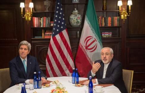 El secretario de Estado de EEUU, John Kerry, y el titular de...