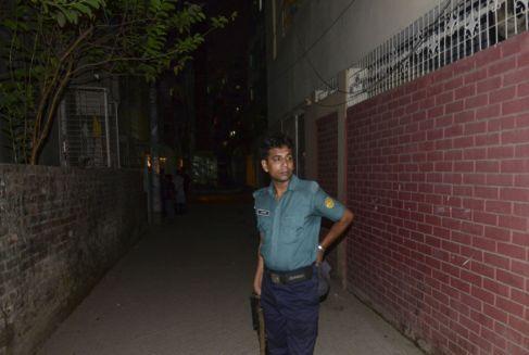 Un policía de Bangladesh custodia la casa del activista del colectivo...