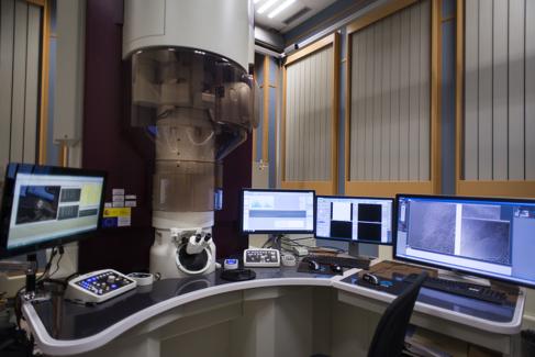 El microscopio está en una sala libre de campos electromagnéticos.