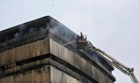 Un bombero trata de extinguir el fuego.