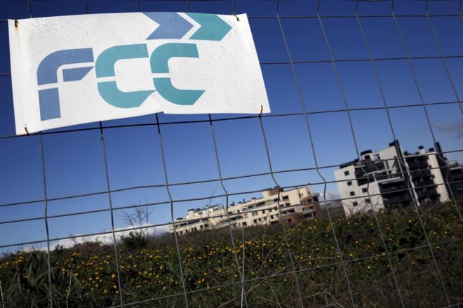 Letrero de la compañía FCC en un terreno preparado para nuevas...