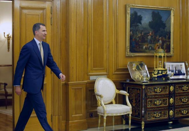 Felipe VI, a su llegada a la recepción con el presidente del...