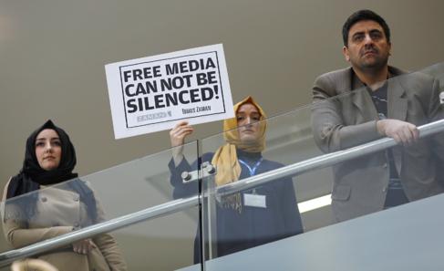 Un grupo de periodistas de 'Zaman' sostienen una pancarta...