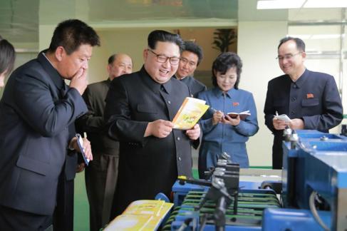 El líder norcoreano, Kim Jong-un, durante una visita una fábrica.