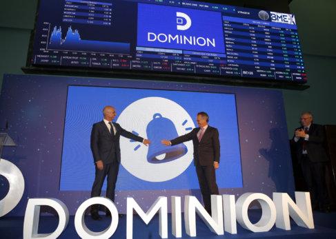 Los máximos dirigentes de Dominion durante el simbólico toque de...