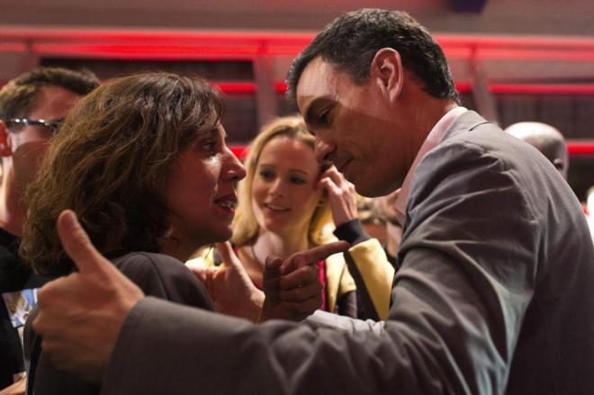 Pedro Sánchez saluda a Irene Lozano en presencia de Zaida Cantera el...